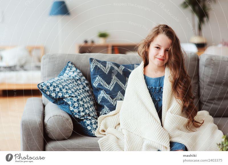 süßes kleines Kind Mädchen entspannt zu Hause Tee Glück Krankheit Erholung Winter Wohnzimmer Wärme genießen Lächeln sitzen heiß modern natürlich Tradition