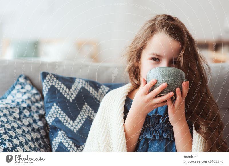 Kind Mädchen trinkt heißen Tee, um sich von der Grippe zu erholen. Krankheit Erholung Winter genießen Lächeln sitzen klein modern natürlich Tradition Gesundheit