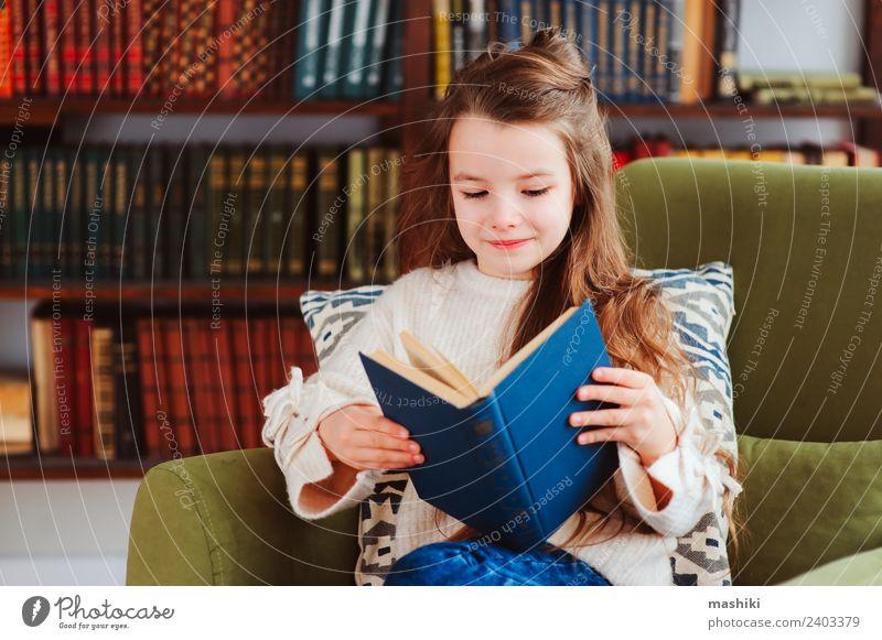 Kind Glück klein Schule Kindheit Lächeln Kreativität Buch lesen Suche Konzentration heimwärts Etage klug Bibliothek Literatur