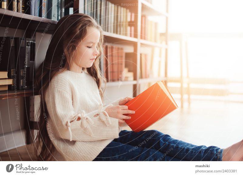 Kind klein Schule Kindheit Kreativität Buch lesen Suche Konzentration heimwärts Etage Stapel klug Bibliothek Literatur Klassenraum