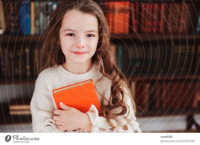 glücklich smart Schulmädchen lesen Bücher Kind Schule Klassenraum Schulkind Kindheit Buch Bibliothek Lächeln klein klug Konzentration Kreativität lernen Mädchen