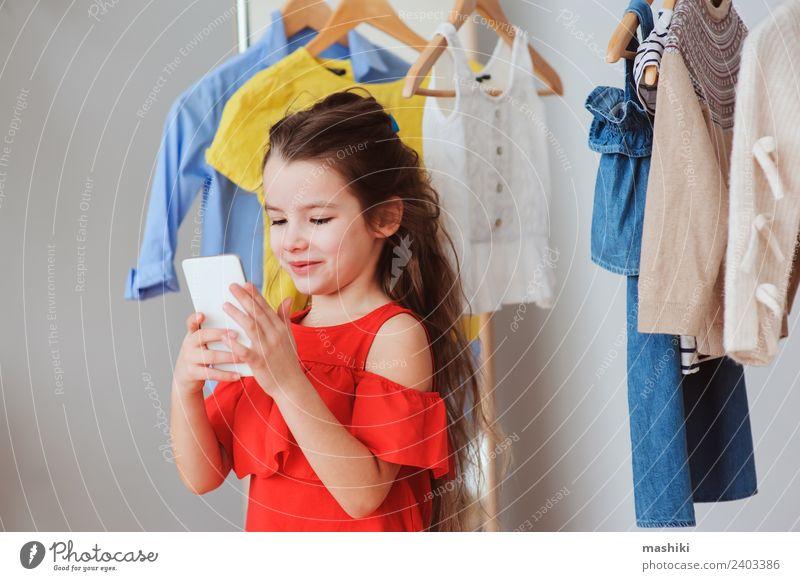kleines Kind Mädchen macht Selfie kaufen Stil Glück PDA Mode Bekleidung Kleid Sammlung Lächeln hell trendy neu rot Farbe Outfit wählen anhaben Lager Glamour