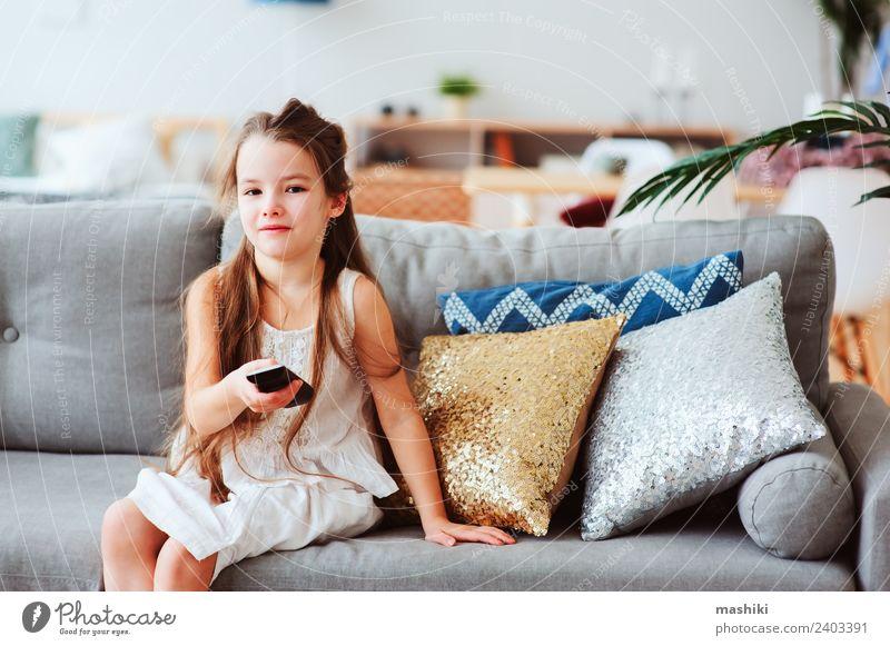 Kind Mädchen beim Fernsehen zu Hause Stil Freude Glück Erholung Wohnzimmer Schule Technik & Technologie beobachten sitzen klein modern Geborgenheit Einsamkeit