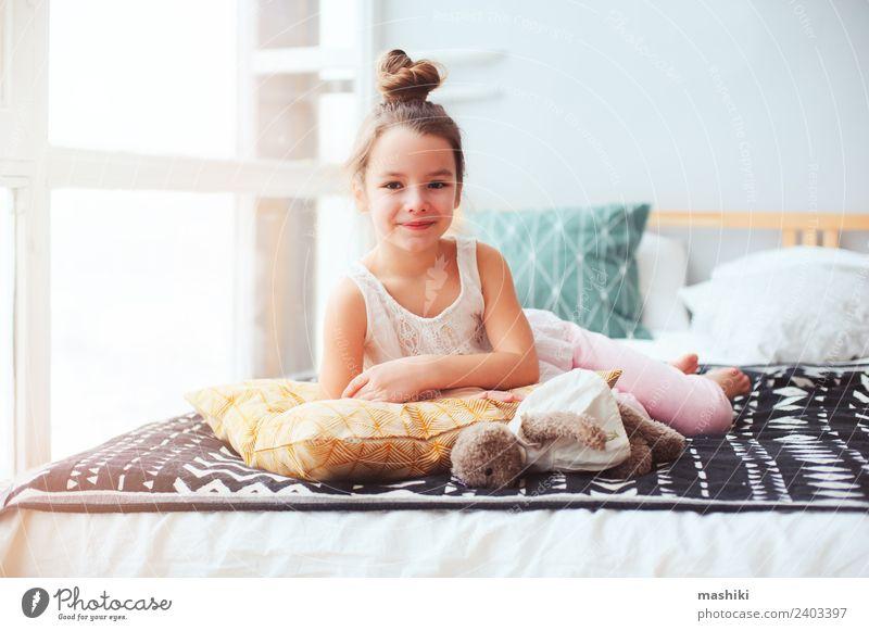 glückliches Kind Mädchen erwacht am frühen Morgen Lifestyle Freude Erholung Schlafzimmer Lächeln schlafen klein lustig Energie Bett aufwachen Kinderzimmer