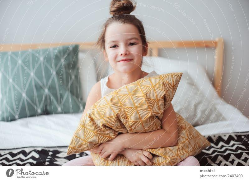 Kind Erholung Freude Lifestyle lustig klein träumen Lächeln Energie niedlich schlafen Bettwäsche heimwärts Schlafzimmer bequem ruhen
