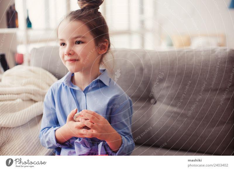 süßes kleines Kind Mädchen mit Spiegel und cos Stil Haare & Frisuren Schminke Mutter Erwachsene Mode Bekleidung Hemd träumen trendy modern blau Einsamkeit