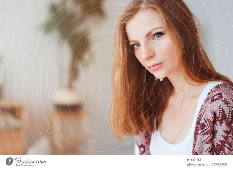 Innenporträt einer schönen jungen Frau Lifestyle Leben Erholung Erwachsene Mode träumen trendy natürlich Einsamkeit Fürsorge heimwärts gemütlich im Innenbereich