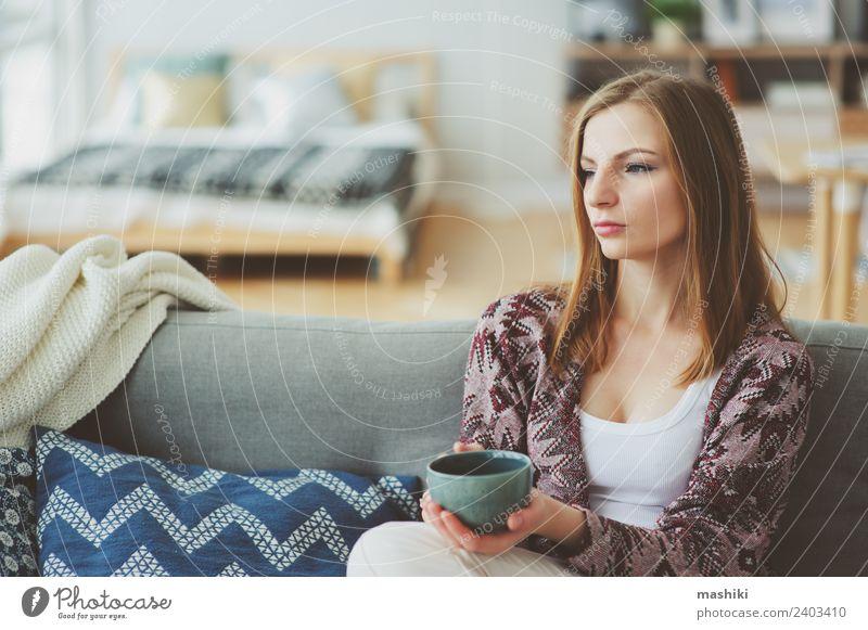 Indoor-Lifestyle-Porträt einer jungen Frau Kaffee Tee Krankheit Leben harmonisch Erholung Erwachsene träumen Traurigkeit natürlich stark Einsamkeit Fürsorge