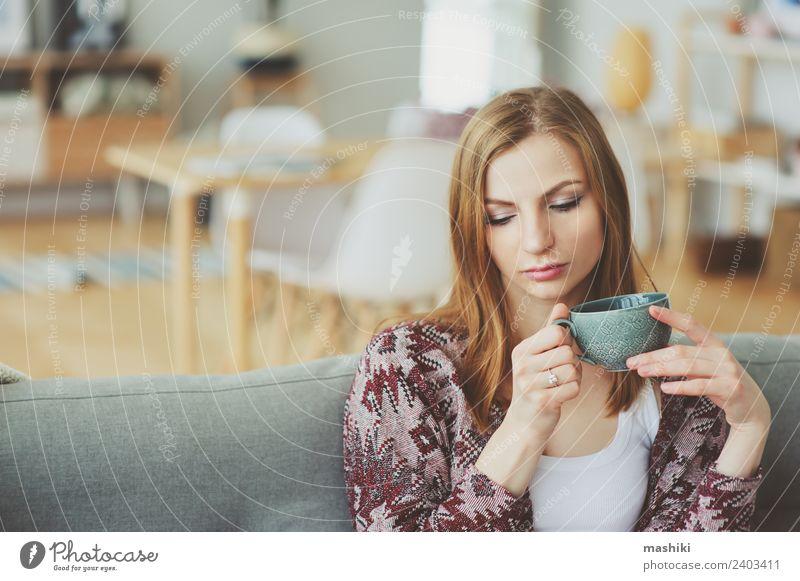 Innenporträt einer jungen nachdenklichen Frau zu Hause Kaffee Tee Lifestyle Krankheit Leben harmonisch Erholung Wohnung Erwachsene träumen Traurigkeit modern