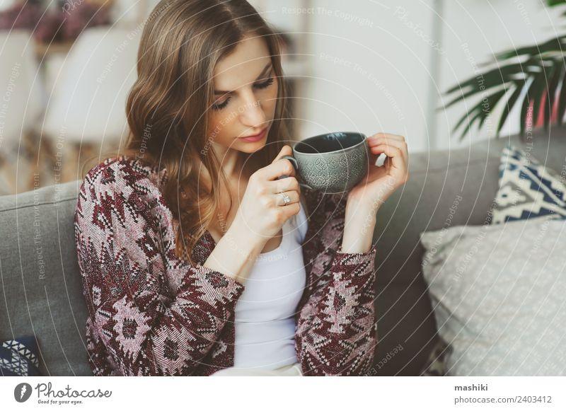 Nahaufnahme Porträt einer jungen nachdenklichen Frau Frühstück Kaffee Tee Lifestyle Krankheit Leben harmonisch Erholung Erwachsene träumen Traurigkeit heiß