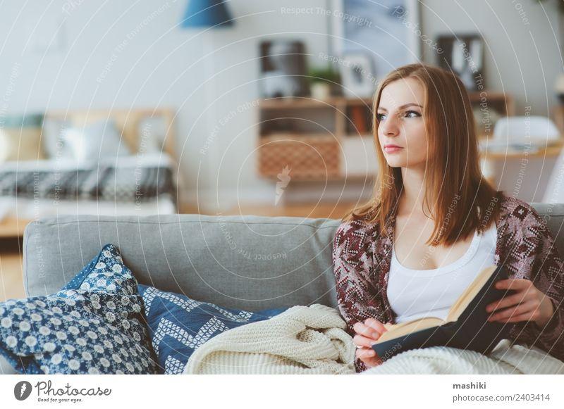 Innenporträt einer jungen nachdenklichen Frau zu Hause Lifestyle Leben harmonisch Erholung lesen stricken Winter Erwachsene Buch Herbst modern Einsamkeit