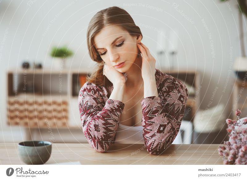 junge schöne Frau, die sich zu Hause entspannt. Frühstück Kaffee Tee Lifestyle Leben Erholung Wohnung Tisch Küche Erwachsene träumen heiß natürlich Einsamkeit
