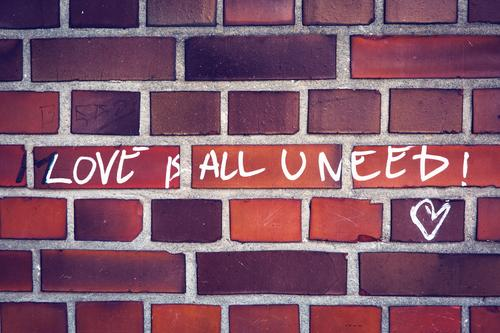 Die Lösung : Love is all u need weiß rot Leben Wand Graffiti Liebe Glück Mauer braun orange Zufriedenheit Schriftzeichen authentisch Lebensfreude Herz