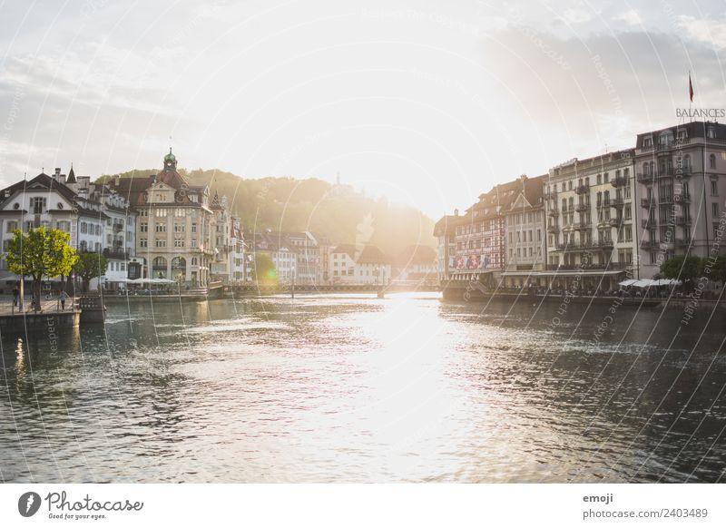 Luzern CH Schönes Wetter Fluss reuss Stadt Stadtzentrum Haus historisch Tourismus Schweiz Farbfoto Außenaufnahme Tag Abend Lichterscheinung Sonnenlicht