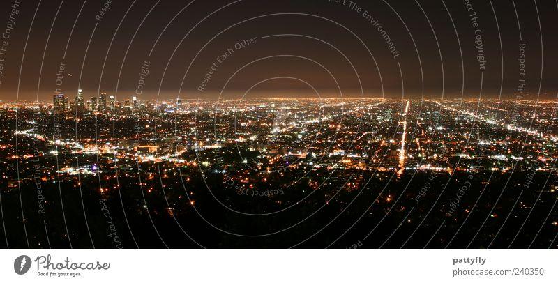 L.A. by night Stadt Ferne dunkel Stimmung glänzend groß leuchten USA Unendlichkeit Gelassenheit Skyline Amerika Stadtzentrum Symmetrie gigantisch Los Angeles