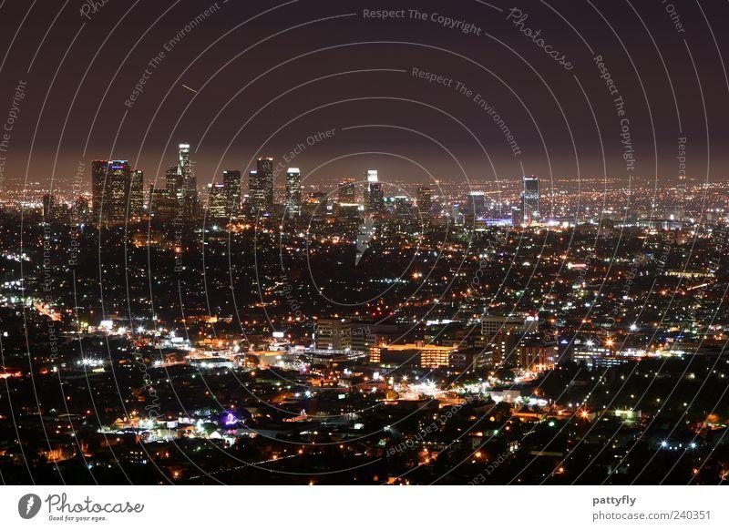 L.A. Downtown by night... Stadt Ferne dunkel Gebäude Beleuchtung Stimmung glänzend groß leuchten USA Skyline Amerika Stadtzentrum Symmetrie gigantisch Nacht