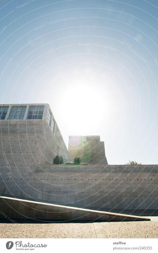 Gegenlicht|blende Wolkenloser Himmel Sonne Sonnenlicht Sommer Schönes Wetter Lissabon Portugal Gebäude Architektur Mauer Wand ästhetisch Museum Farbfoto