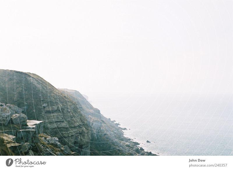nebulös Meer Ferne Küste Freiheit Luft Felsen Nebel frei Hügel Aussicht Unendlichkeit Bucht Brandung England schlechtes Wetter ungewiss