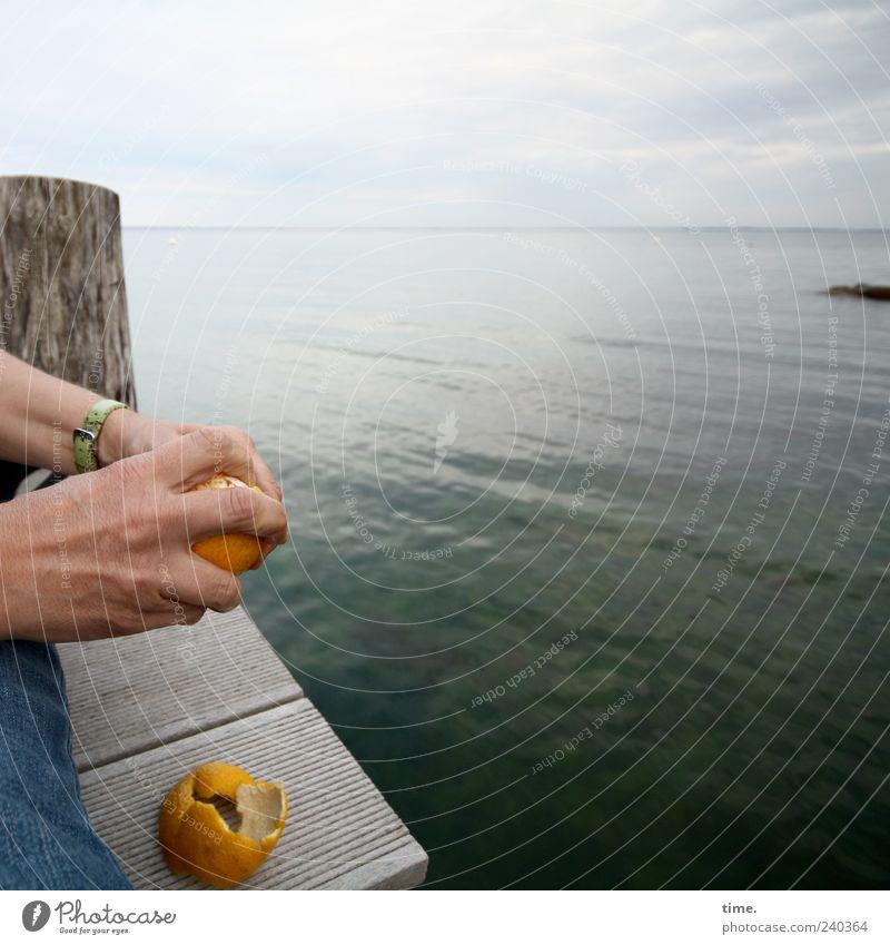 Abendmahl Mensch Himmel Wasser Hand Meer Lebensmittel Holz Horizont Frucht Orange Finger Ostsee Steg Poller häuten Zitrusfrüchte