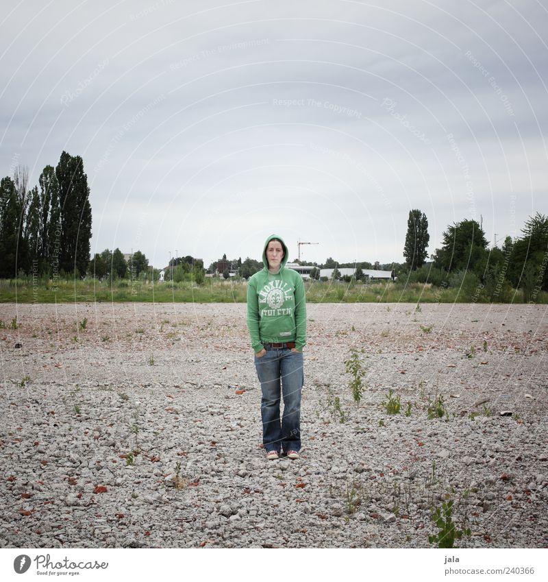 rumstehen Mensch Frau Himmel Baum Pflanze Erwachsene Landschaft Stein Platz trist Jeanshose Mitte Pullover Turnschuh Kapuze