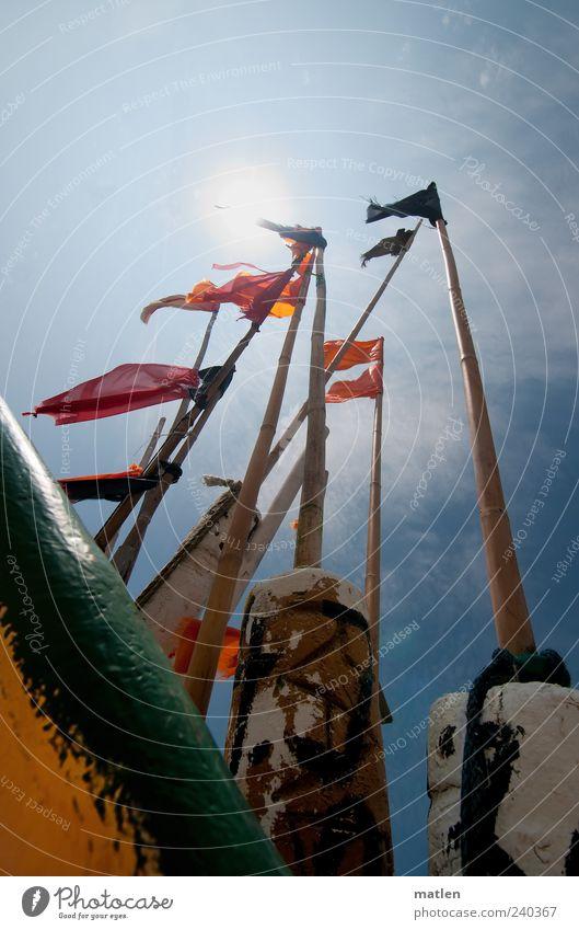 Sonnenwind Fischerboot blau mehrfarbig Perspektive Bootsrand flattern Bambusrohr Außenaufnahme Textfreiraum oben Tag Sonnenlicht Sonnenstrahlen Gegenlicht