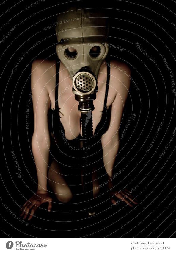AKT IV Mensch Jugendliche dunkel Stil Junge Frau außergewöhnlich Haut Bekleidung einzigartig trashig atmen Unterwäsche hocken BH Atemschutzmaske Dekolleté