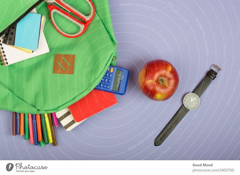 Rucksack, Notizblock, Filzstifte, Schere, Taschenrechner Apfel Tisch Kind Schule Studium Werkzeug Papier beobachten blau grau grün Notebook Notizbuch
