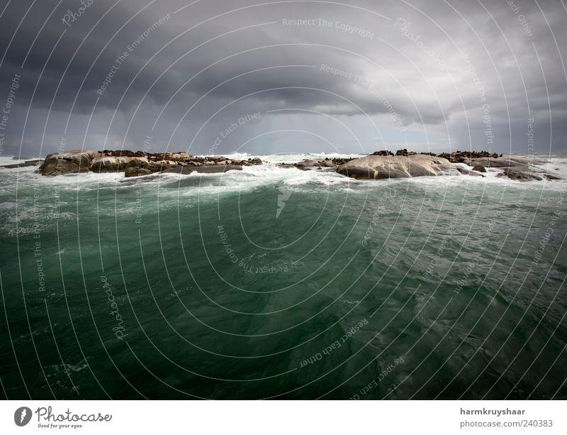 Dramatisches Sturmwetter auf dem Ozean mit einer Insel Umwelt Natur Landschaft Wolken Gewitterwolken schlechtes Wetter Unwetter Wind Regen Südafrika fliegen