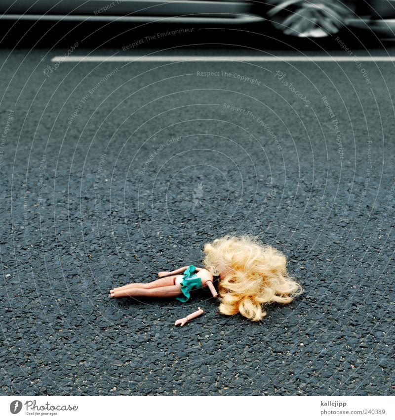 roadmovie Straße PKW liegen außergewöhnlich Verkehr gefährlich kaputt bedrohlich Symbole & Metaphern Verkehrswege Risiko Fahrzeug Puppe Unfall Licht