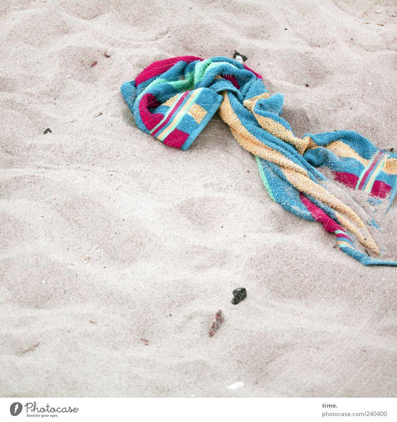 Lebenslinien #27 Strand Sand liegen Handtuch Badetuch vergessen Farbfoto mehrfarbig Außenaufnahme Menschenleer Textfreiraum links Textfreiraum unten Tag