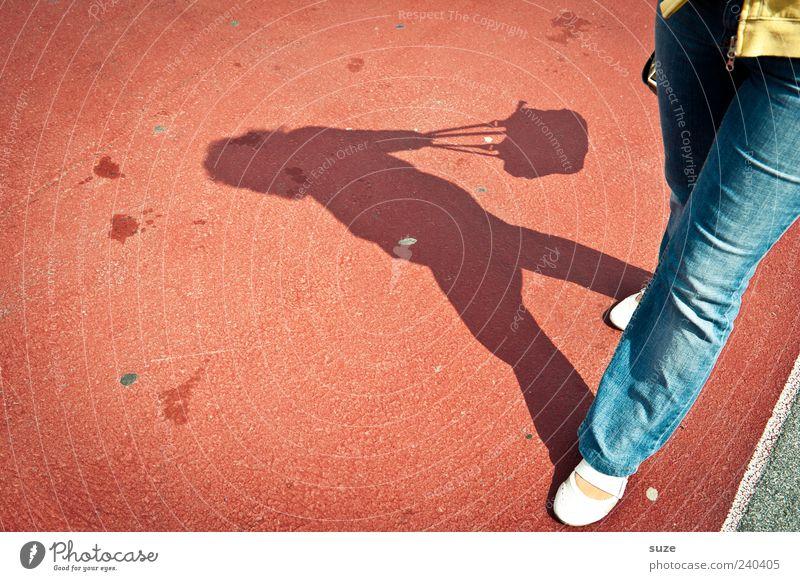 Shoppingtour Lifestyle Reichtum Stil Freizeit & Hobby Mensch feminin Frau Erwachsene Beine Fuß 1 Hose Jeanshose Tasche Schuhe gehen rot Bodenbelag Schattenspiel
