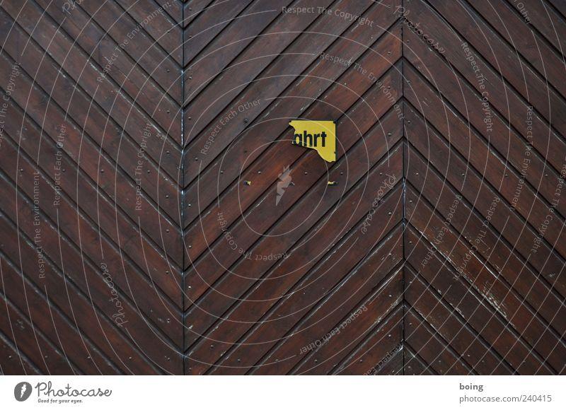 Streetahrt Garage Garagentor Parkplatz Zeichen Schriftzeichen Schilder & Markierungen Hinweisschild Warnschild kaputt braun Holzbrett Farbfoto Textfreiraum oben