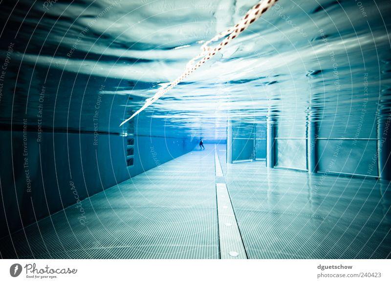 Underwater World Mensch blau Wasser ruhig Schwimmen & Baden Freizeit & Hobby Coolness Schwimmbad tauchen Surrealismus Wassersport Unterwasseraufnahme