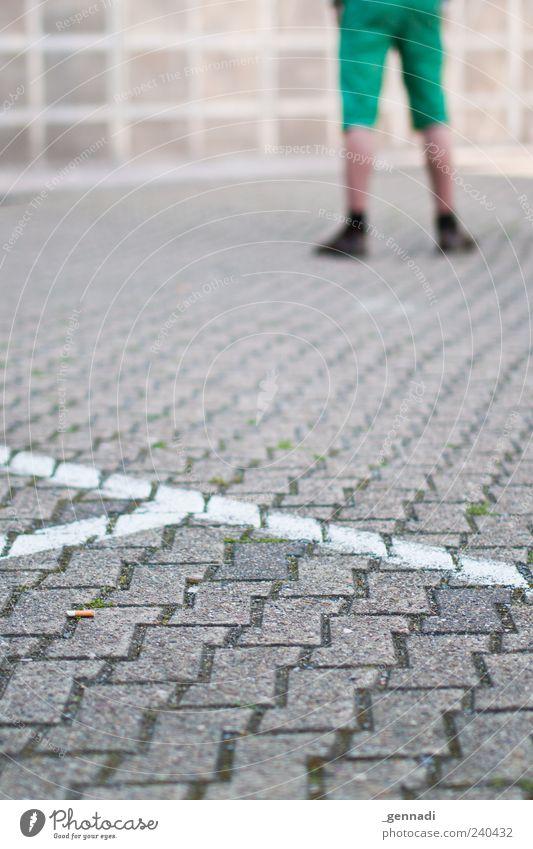 Nichts los da Vorne Mensch maskulin Mann Erwachsene Beine Fuß 1 Shorts Schuhe stehen grün Zigarette Asphalt Boden Stein Linie leer Einsamkeit ruhig warten