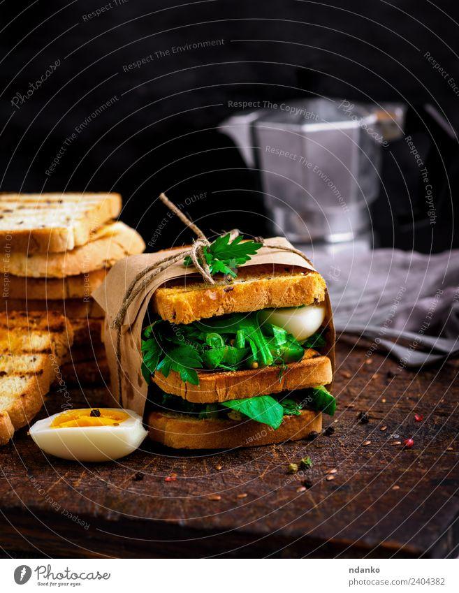 Sandwich von French Toast Gemüse Salat Salatbeilage Brot Frühstück Mittagessen Abendessen Vegetarische Ernährung Essen frisch lecker braun grün weiß