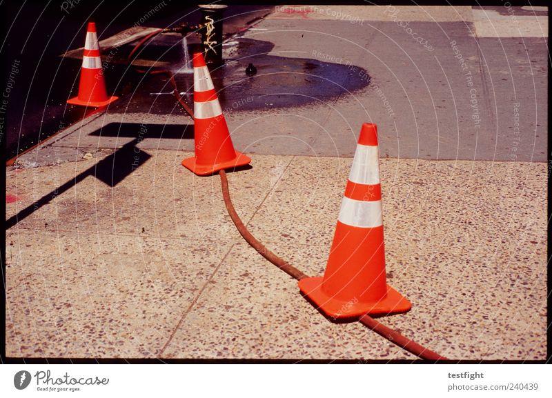 sicherheitsvorkehrung Wasser Verkehrswege Straße Schilder & Markierungen Sicherheit achtsam Wachsamkeit Schutz Verkehrsleitkegel Verkehrszeichen Leuchtfarbe