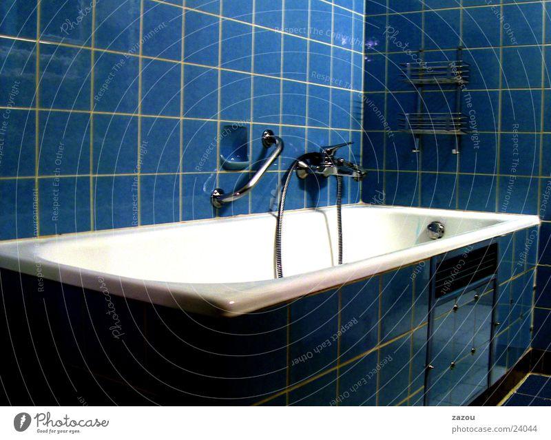 modernes bad anno 1970 ohne prilblumen blau retro Bad Häusliches Leben Fliesen u. Kacheln Badewanne Siebziger Jahre