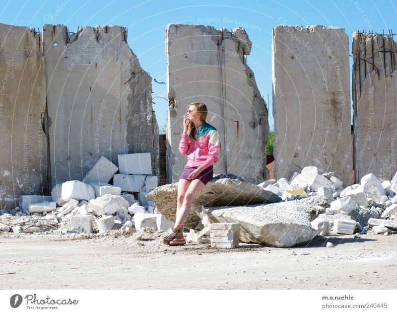 WorldEndParty/16 (Soldaten nahezu ganze Armeen) Mensch Jugendliche Einsamkeit Wand Gefühle Mauer Traurigkeit träumen Stimmung Junge Frau blond Haut Beton Vergänglichkeit Sehnsucht Jacke