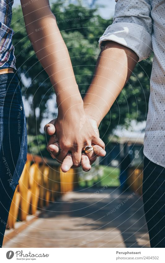 Beine einer schönen jungen Familie Lifestyle Feste & Feiern Hochzeit Frau Erwachsene Mann Familie & Verwandtschaft Freundschaft Paar Hand Finger Ring berühren