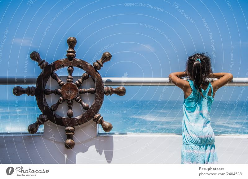 Mädchen, das das Meer von einem Balkon eines Hauses am Strand aus beobachtet. Lifestyle schön Leben Ferien & Urlaub & Reisen Tourismus Sightseeing Kreuzfahrt