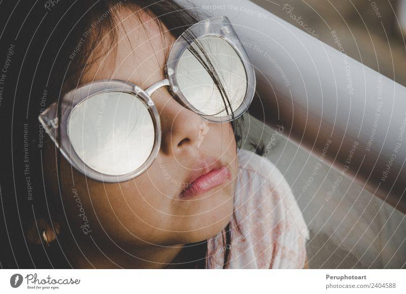 Süßes kleines Mädchen lächelnd mit Sonnenbrille Freude Glück schön Gesicht Leben Sommer Kind Mensch Frau Erwachsene Kindheit Hand Mode blond Lächeln hell lustig