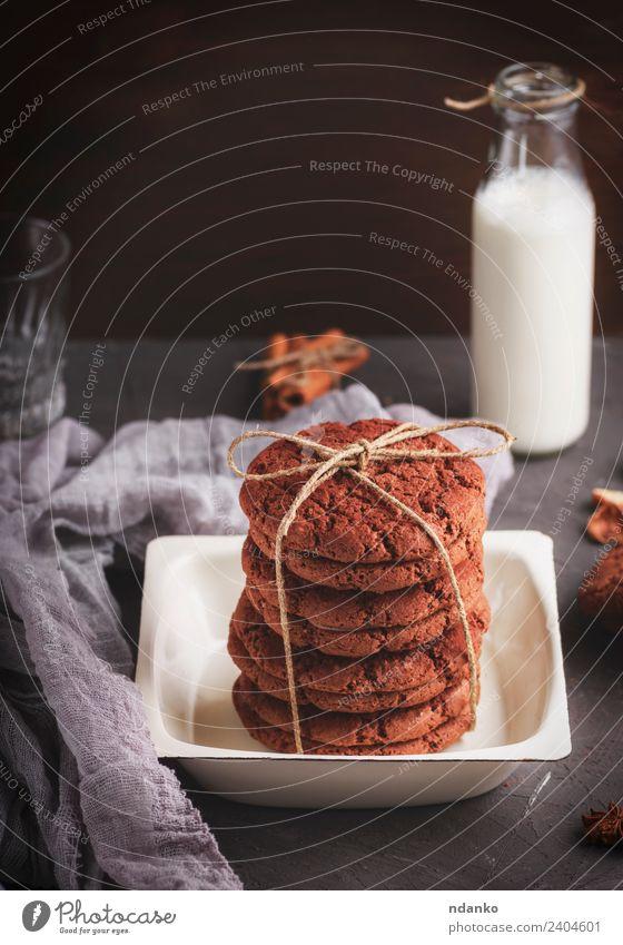 gebackene runde Kekse, die mit einem Seil in einer Eisenplatte gebunden sind. Milcherzeugnisse Dessert Süßwaren Ernährung Frühstück Teller Flasche dunkel lecker