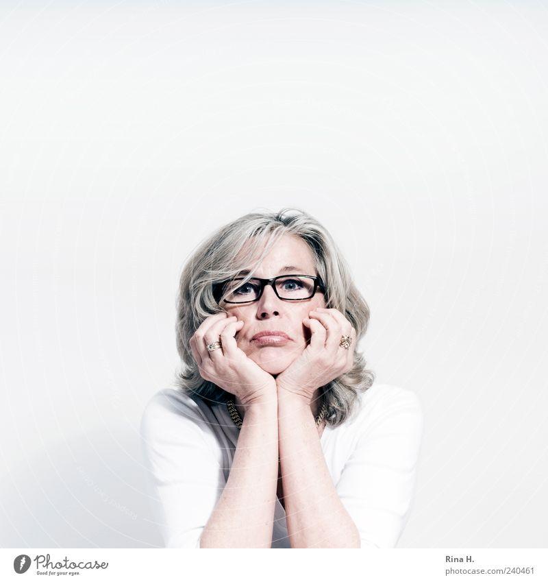 das schöne Wetter ist vorbei .... Mensch weiß Erwachsene feminin Leben hell blond sitzen warten authentisch Brille T-Shirt 45-60 Jahre Wut Ring Ärger