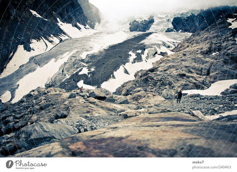 Zungenspitze Mensch Einsamkeit grau klein braun Nebel wandern trist Gipfel Norwegen Gletscher Geröllfeld