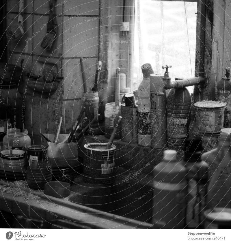 Arbeitsplatz mit Farben weiß schwarz grau Arbeit & Erwerbstätigkeit authentisch trist einzigartig nah trocken machen Werkstatt chaotisch trashig Schreibstift