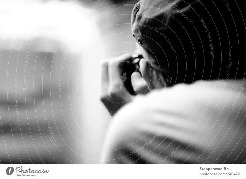 Fotograf von hinten Mensch Mann Hand Erwachsene Kopf Rücken maskulin stehen Perspektive beobachten Neugier Ohr geheimnisvoll nah Gelassenheit Mütze