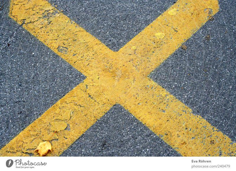 Kreuz auf Asphalt Umwelt Verkehrswege Straße Wege & Pfade Stein Verkehrszeichen groß gelb grau Mittelpunkt X stoppen Bodenbelag Farbfoto Außenaufnahme