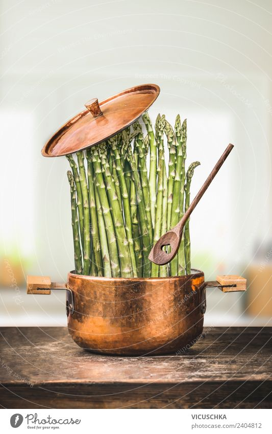 Grüne Spargel im Topf mit Kochlöffel Lebensmittel Gemüse Ernährung Mittagessen Bioprodukte Vegetarische Ernährung Diät Geschirr Löffel Stil Design Gesundheit