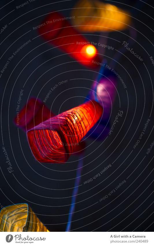 a short time later rot gelb Stil außergewöhnlich Design leuchten Elektrizität Dekoration & Verzierung violett hängen trendy gemütlich Lampion Lichterkette baumeln Vor dunklem Hintergrund