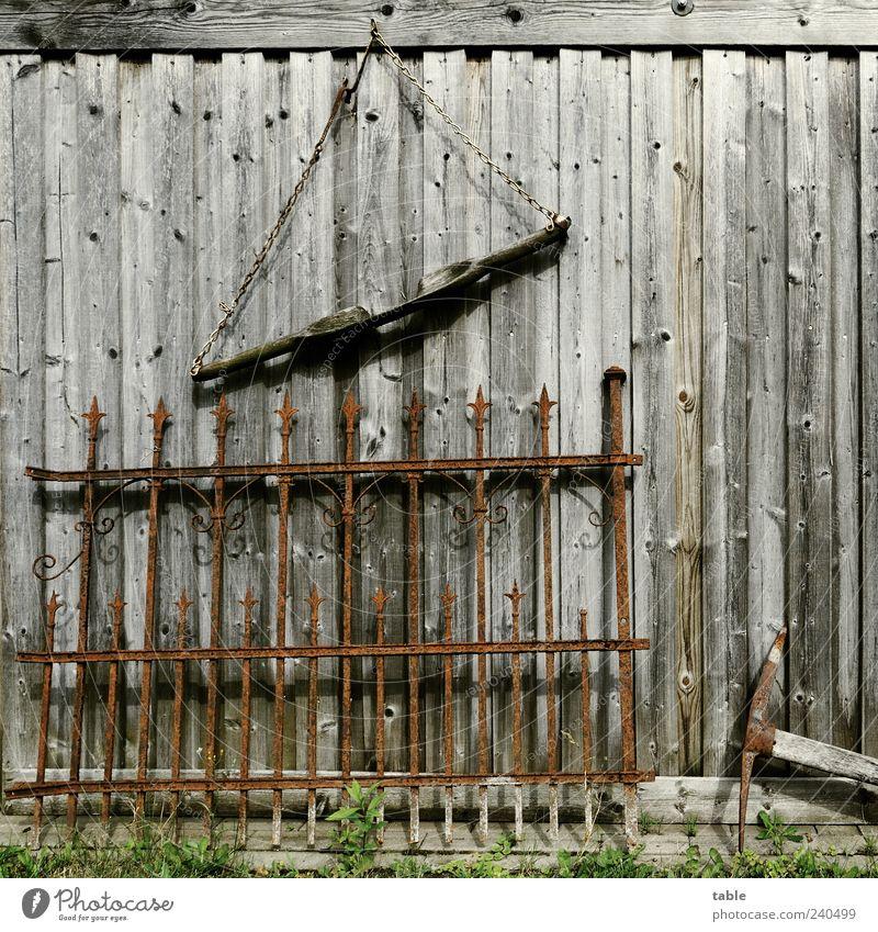 Krempelecke Bauernhof Hacke Hütte Scheune Mauer Wand Holz Metall hängen alt historisch braun grau schwarz ästhetisch Vergänglichkeit Wandel & Veränderung